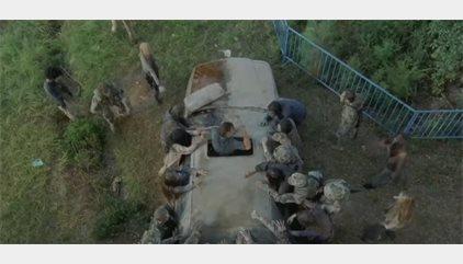 The Walking Dead: Épica emboscada a Rick y Michonne en los dos nuevos adelantos del 7x12