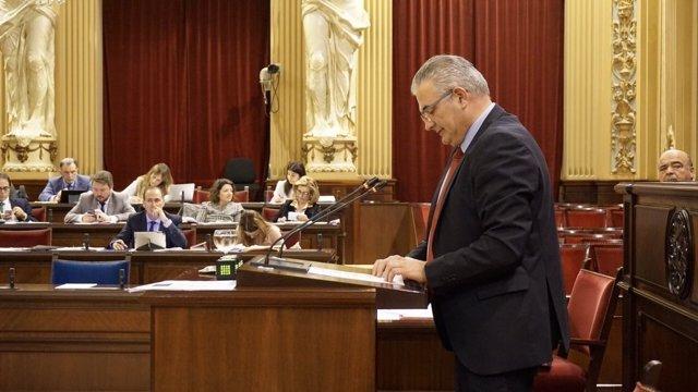 El portavoz del PI, Jaume Font, en el pleno del Parlament