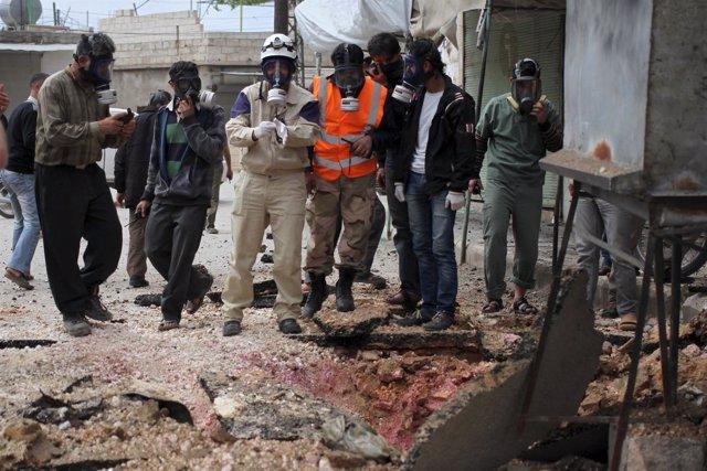Miembros de la Defensa Civil Siria llevan máscaras contra el gas cloro en Siria