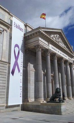 Banderolas por el 8 de marzo en la Puerta de los Leones del Congreso