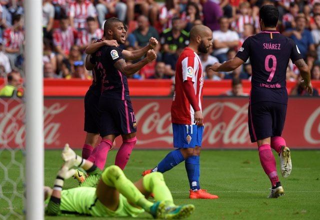 Rafinha, Luis Suárez y Neymar celebran un gol ante el Sporting