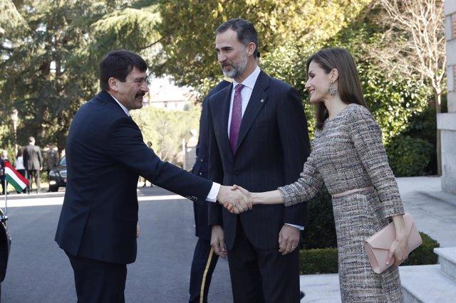 Los Reyes Felipe y Letizia con el presidente de Hungría y su esposa