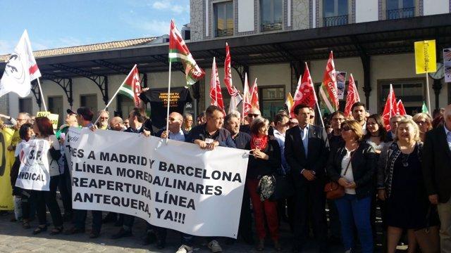 Francisco Cuenca asiste a la concentración en la estación de tren de la capital