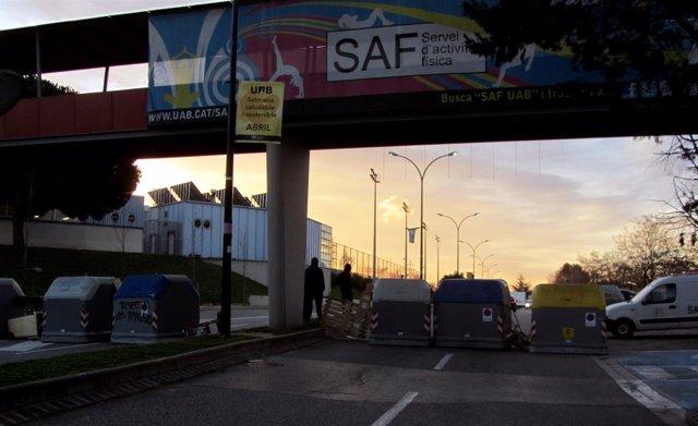 Uno de los accesos de la UAB cortado por la huelga de estudiantes