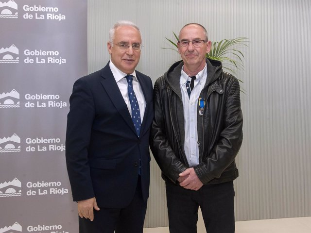 Ceniceros entrega medalla al mérito policial a Ángel Aranzubía