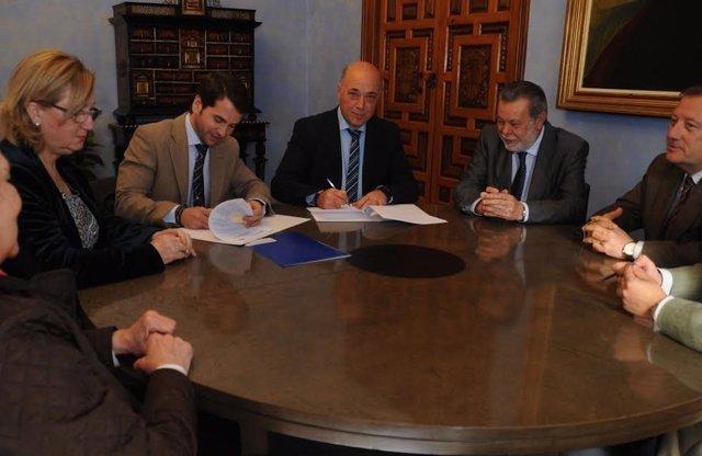El presidente de la Diputación, Antonio Ruiz (centro), durante la firma
