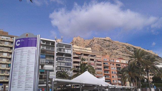 El Castillo de Santa Bàrbara desde El Postiguet y los edificios de raval roig