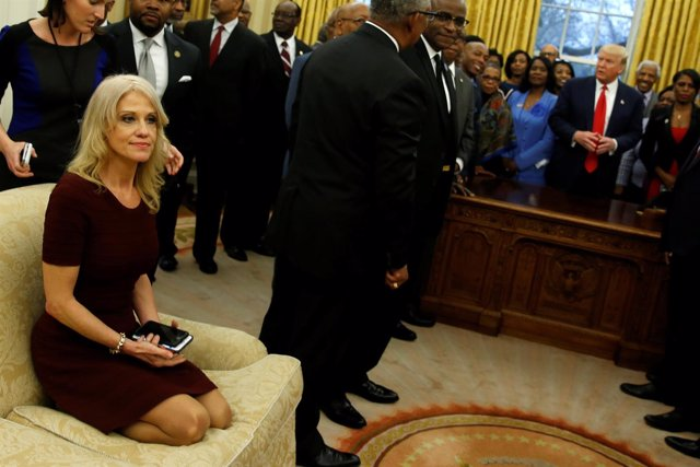 Kellyanne Conway, arrodillada en un sofá del Despacho Oval