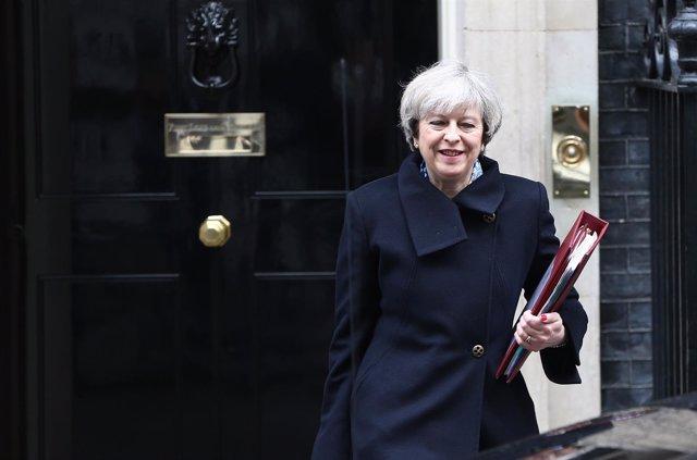 Theresa May sale de Downing Street