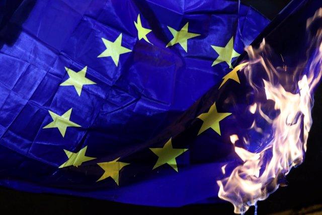 Quema de una bandera de la UE durante una manifestación en Atenas
