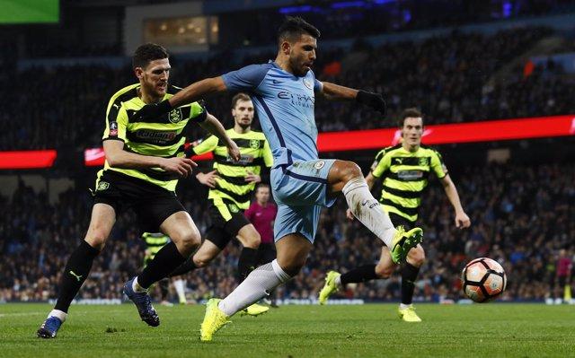 Sergio Agüero con el Manchester City en un partido de FA Cup