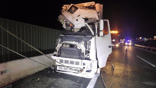Colisión entre un camión tráiler y un autobús de pasajeros