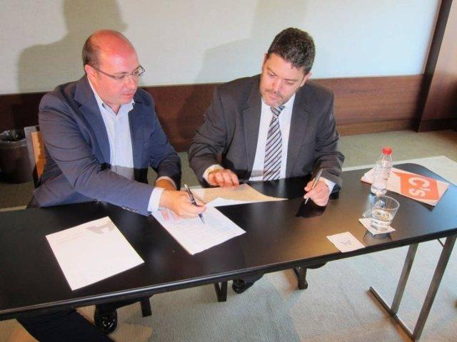 Pedro Antonio Sánchez y Miguel Sánchez firman el acuerdo de investidura