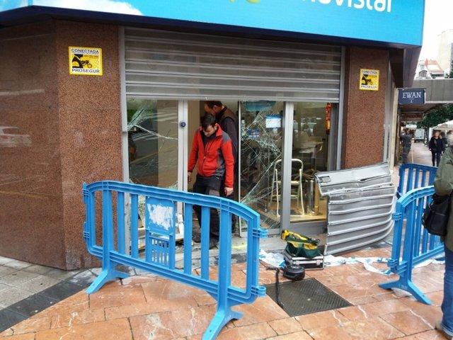 Daños en una tienda de Movistar tras recibir el impacto de una furgoneta.