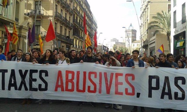 Universitarios se manifiestan en Barcelona para reclamar la reducción de tasas