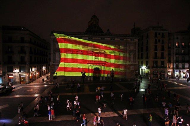 Gran 'senyera' proyectada en la fachada de la Generalitat por la Diada