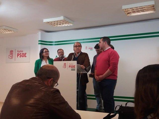 La diputada socialista por Huelva, Josefa Bayo, con portavoces del PSOE.