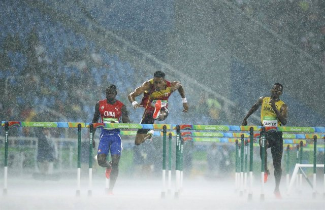 Orlando Ortega compite bajo la lluvia en Río 2016