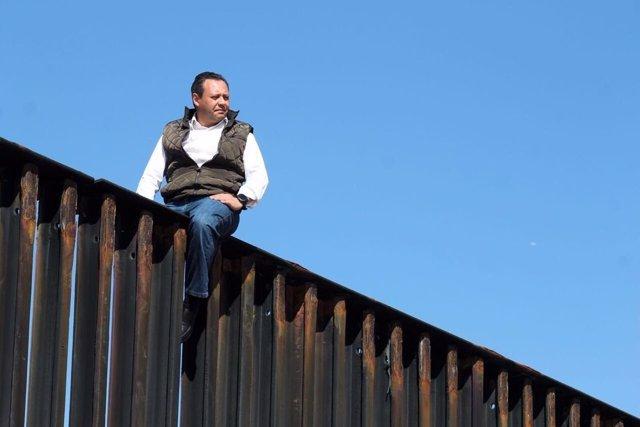Diputado mexicano en el muro con EEUU
