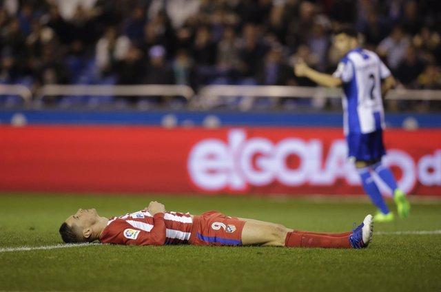 Fernando Torres tendido en Riazor tras quedar incosciente