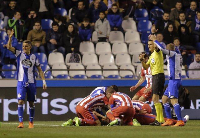 Vrsaljko y Gabi atienden a Torres tras caerse desplomado en Riazor
