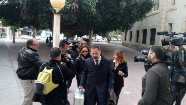 María Antonio, hija de Mari Carmen y Vicente Sala, a la llegada a los juzgados