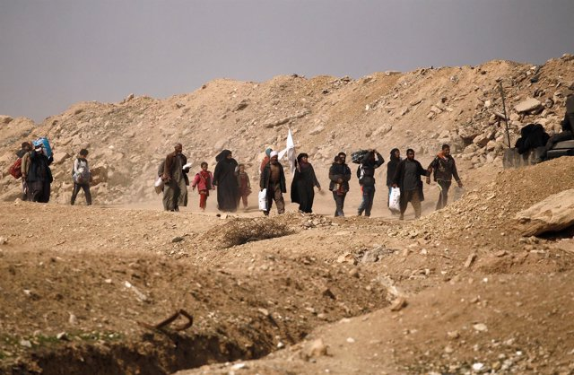 Displaced Iraqis flee their homes in Mamoun district as Iraqi forces battle with
