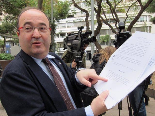 El primer secretario del PSC, Miquel Iceta, con el dictamen del CGE