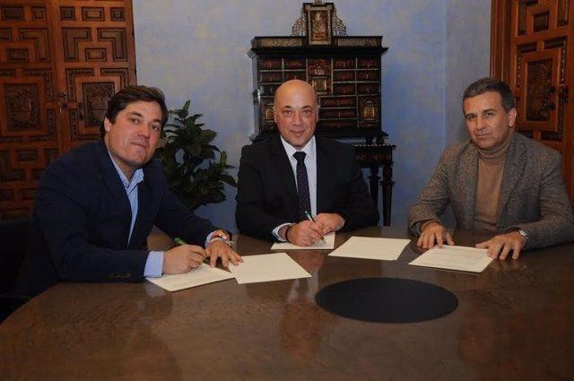 Ruiz (centro) y Barrera (izda.) firman el convenio