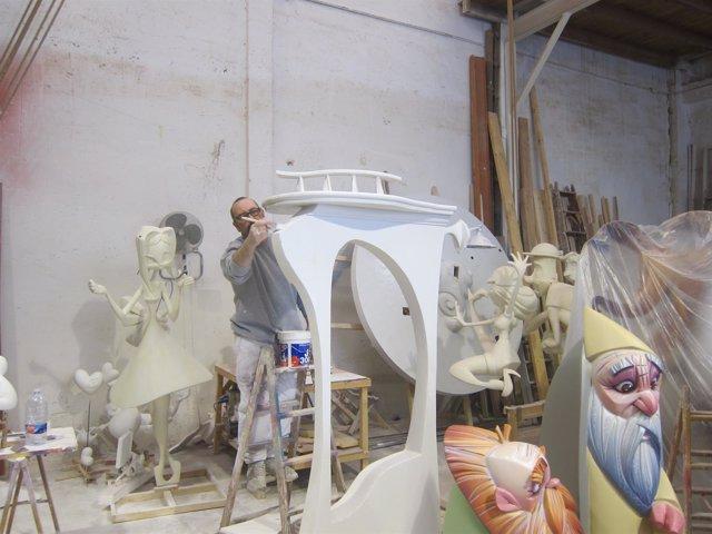 Un artista fallero trabajando en uno de los talleres