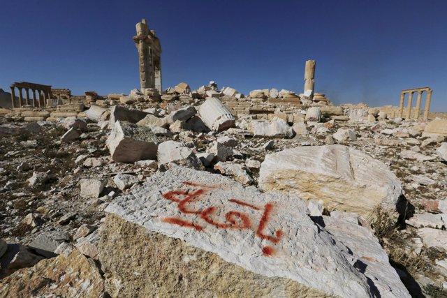 Palmira con grafiti de Estado Islámico