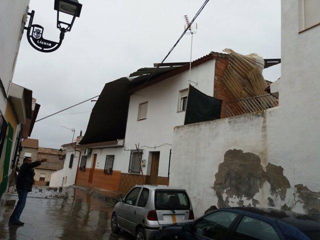 Tejado desplazado por el viento en la calle Fábrica de Láchar