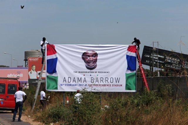 Cartel de bienvenida a Adama Barrow en Gambia