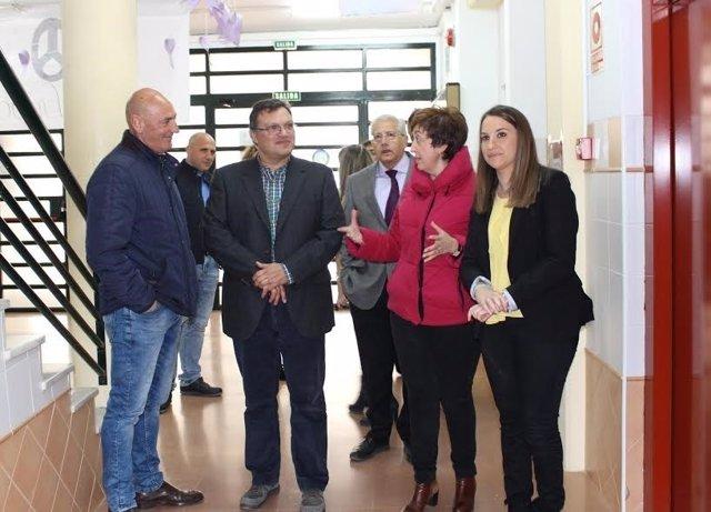 Ruiz (dcha.) y Carmona, durante la visita a uno de los centros educativos
