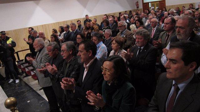 Celebración del Pleno por la muerte de Andrés Ocaña con los exalcaldes al frente