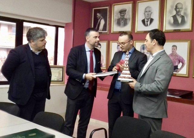 El conseller S.Vila, en firma de cesión del fondo Colla Vella Xiquets de Valls