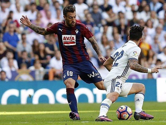 Sergi Enrich intenta regatear a Isco en un Real Madrid-Eibar