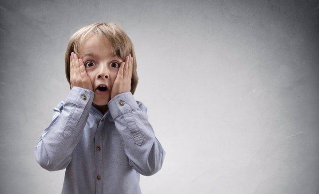 Niño sorprendido, nervioso, sorpresa, preocupación