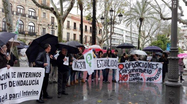 """Docentes interinos concentrados en Sevilla contra la """"incertidumbre"""""""