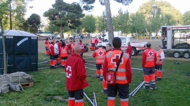 Voluntarios de Cruz Roja en el montaje del dispositivo de la Cincomarzada.