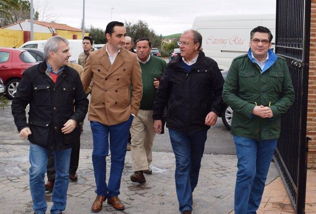 Monago durante su visita a Santa Marta de los Barros