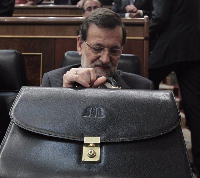 Rajoy con su cartera en su escaño del Congreso