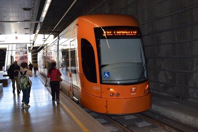 Usuarios del TRAM de Alicante en una estación de la red