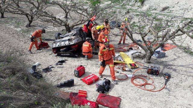 Los bomberos han rescatado a los heridos del interior del coche
