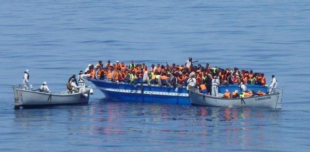 Inmigrantes en una barcaza en el Mediterráneo