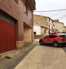 Policías de Tafalla en el ugar de los hechos, calle Zara de Caparroso.