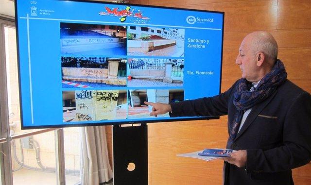 Roque Ortiz en la presentación de la guía, mostrando fotos de las actuaciones