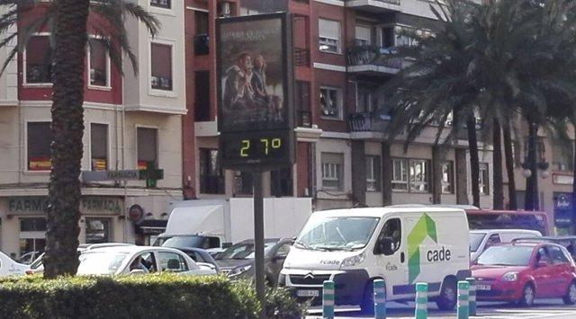 Termómetro en el centro de València que marca 27 grados