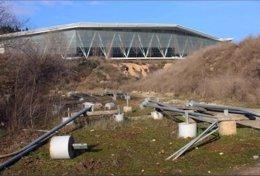 El vertido de material de alumbrado público en el Parque fluvial del río Ripoll