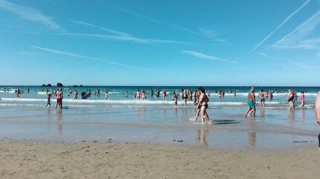 Personas expuestas al sol en una playa